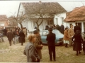 14-zupni-stan-i-dvoriste-nakon-nedjeljne-mise-u-jesen-1979-godine