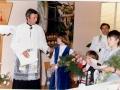 18-krizmenici-matilda-milinkovic-i-srecko-knezevic-te-djecak-tomislav-bolen-pozdravljaju-biskupa-17-05-1981