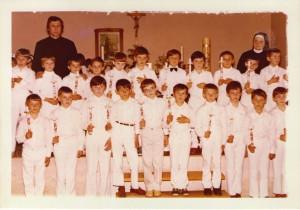 15 Dječaci prvopričesnici sa župnikom i sestrom Dragomirom Jovanovac - svibanj 1980. godine