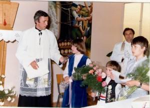 18 Krizmenici Matilda Milinković i Srećko Knežević, te dječak Tomislav Bolen pozdravljaju biskupa - 17.05.1981.