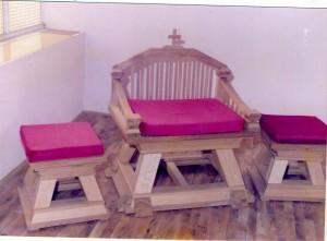 26 Stolica za svećenika i dva ministranta