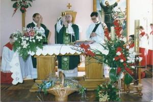 38 Župnik Pavo Vukovac, biskup Marin Srakić i đakon Florijan Koetek