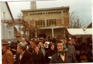 6 Vjernici poslije sv.Mise u župnom dvorištu 14.11.1978.
